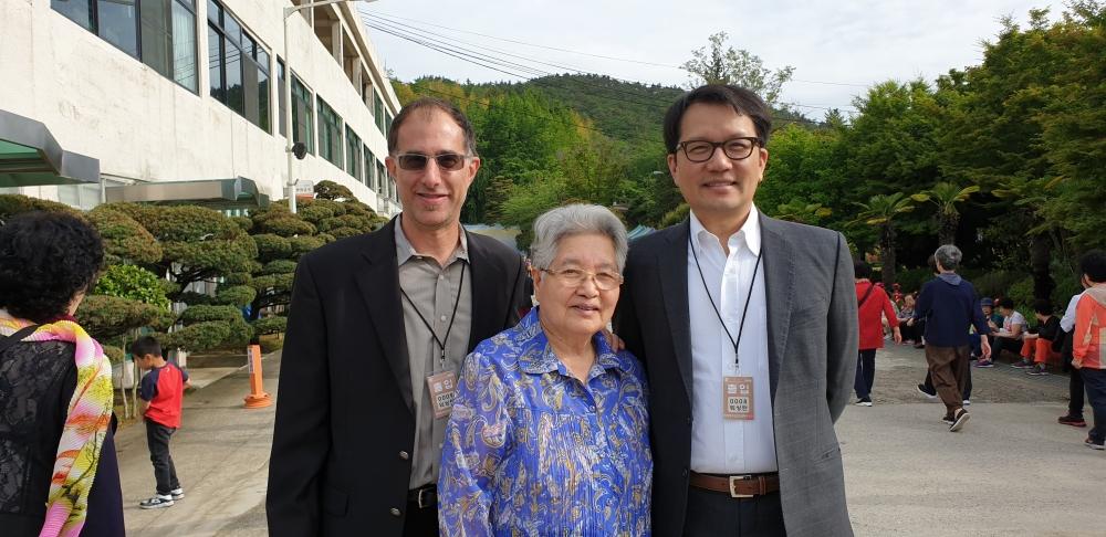손정숙 권사(가운데)와 아들 하버드 의대 교수 더글러스 권 박사(오른쪽), 사위 조나단
