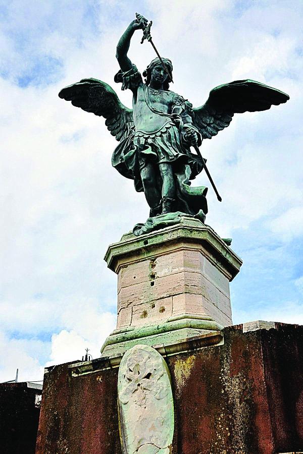 미카엘 동상