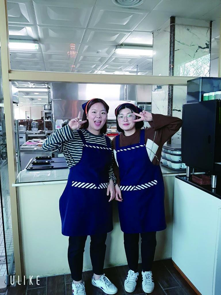 레스토랑에서 함께 인턴교육을 받았던 친구와 사진을 찍은 김유나 양(오른쪽)