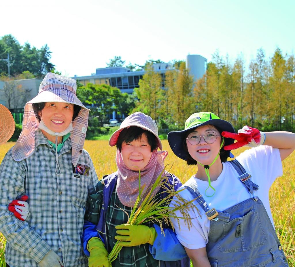 신앙신보 인턴 시 함께 추수 체험을 한 김유나 양(맨 오른쪽).
