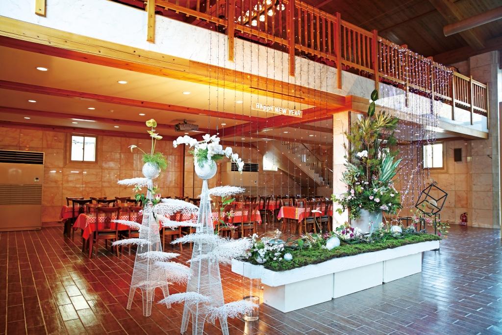 레스토랑 입구에 설치된 꽃꽂이 작품.