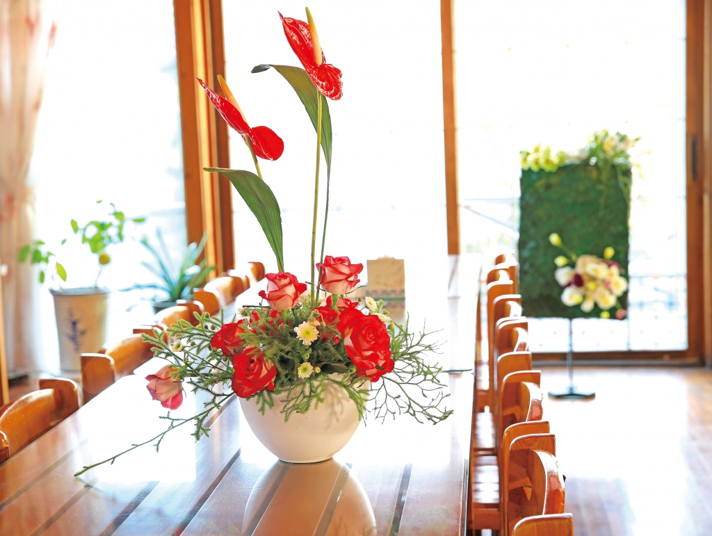 통나무집 테이블 위를 화사하게 장식한 꽃.